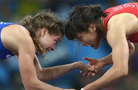 . Спортсменка из России Валерия Коблова и спортсменка из Японии Каори Ите (слева направо) во время финального поединка на соревнованиях по вольной борьбе среди женщин в весовой категории до 58 кг на XXXI летних Олимпийских играх.