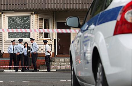 Сотрудники полиции у поста ДПС на 20-м км Щелковского шоссе после нападения, совершенного уроженцами Чечни Усманом Мурдаловым и Сулимом Исраиловым.