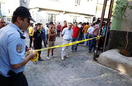 Полиция на месте взрыва в Газиантепе, Турция.