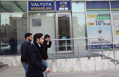 Банки Азербайджана ограничили реализацию валюты; доллар взлетел начерном рынке