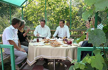 Губернатор Курской области Александр Михайлов (третий слева) и премьер-министр РФ Дмитрий Медведев (третий справа) во время встречи с представителями садоводческих, огороднических и дачных хозяйств в поселке Щетинка в рамках рабочей поездки в Курскую область.