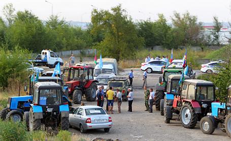 Полиция задержала на трассе Ростовской области 70 фермеров, которые ехали на тракторах в Москву.