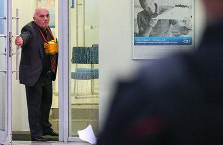 Предприниматель Арам Петросян, угрожающий устроить взрыв, в отделении банка на Большой Никитской улице.