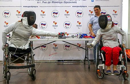 Члены сборной России по фехтованию на колясках Анна Петухова и Ксения Овсянникова (слева направо).