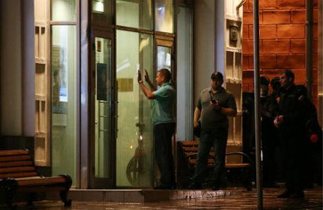 У отделения «Ситибанка» на Большой Никитской улице, где разорившийся предприниматель Арам Петросян угрожает устроить взрыв.