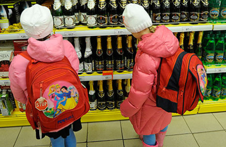 В РФ посоветовали облагать штрафом родителей запокупку ихдетьми алкоголя