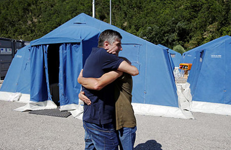 Двое выживших обнимаются в палаточном лагере, созданной в качестве временного убежища после землетрясения в Пескара-дель-Тронто, центральной Италии.