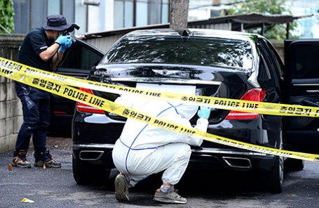 Инспекторы осмотривают автомобиль, принадлежащий заместителю председателя Lotte Group Ли Ин Вону в Yangpyeong, Южная Корея.