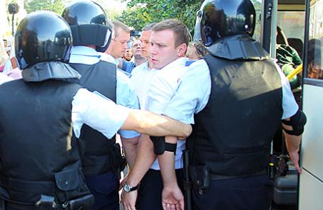 Полиция во время задержания участников тракторного пробега вблизи поселка Дорожный.