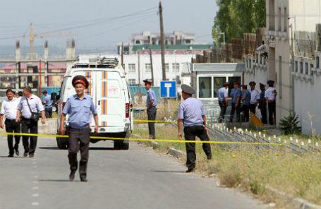 На месте взрыва у посольства Китая в Бишкеке.