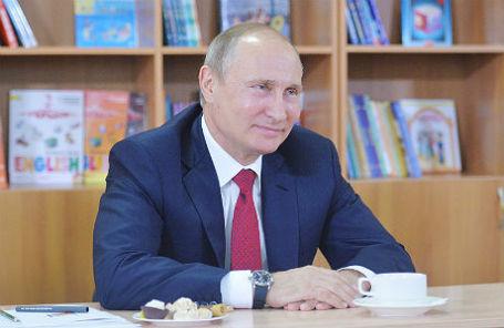 Владимир Путин во время встречи с учениками гимназии №2 города Владивостока в День знаний.