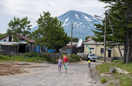 Вид на вулкан Богдан Хмельницкий с одной из улиц поселка Рейдово на острове Șтуруп.