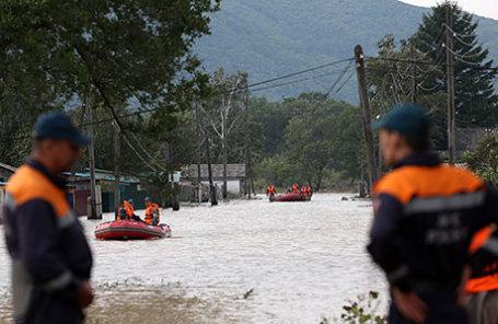 Сотрудники МЧС на территории затопленного села Уборка в Чугуевском районе.