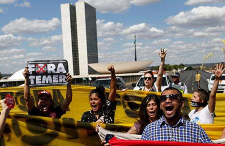 Сторонники президента Дилмы Руссефф во время заключительной сессии обсуждения и голосования по импичменту Руссефф в Бразилии.
