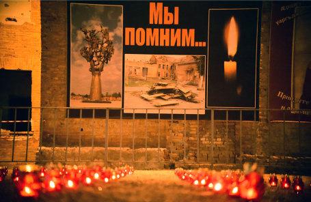 Свечи во дворе школы №1, где произошел теракт 1-3 сентября 2004 года.