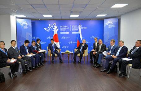 Члены российской делегации во главе с президентом Владимиром Путиным встречаются с членами японской делегации во главе с премьер-министром Синдзо Абэ в кулуарах Восточного экономического форума во Владивостоке.