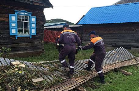 Сотрудники аэромобильной группировки ГУ МЧС России по Амурской области во время аварийно-восстановительных работ после паводков.