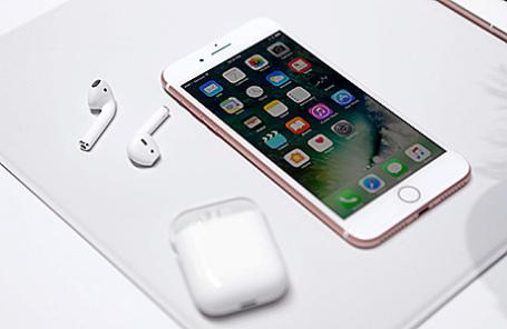 IPhone 7 и наушники AirPods.