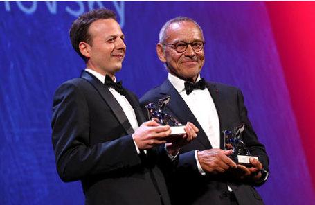 Мексиканский кинорежиссер Амат Эскаланте (слева) и российский режиссер Андрей Кончаловский во время церемонии награждения на 73-м Венецианском кинофестивале в Венеции.