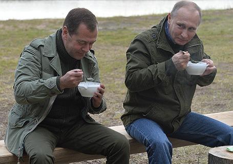 Президент РФ В.Путин и премьер-министр РФ Д.Медведев провели выходной в Новгородской области.