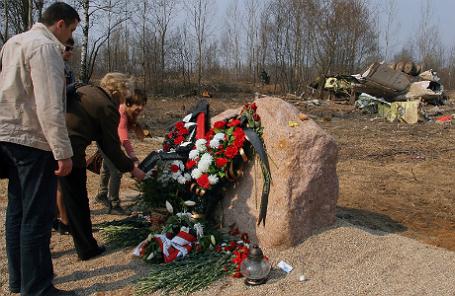 Местные жители во время возложения цветов на месте крушения самолета Ту-154, на борту которого находились 96 человек, в том числе президент Польши Лех Качиньский с супругой.