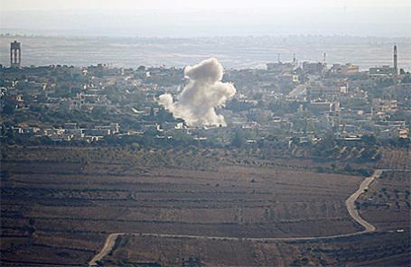 Дым от взрывов в Сирии недалеко от границы с Израилем.