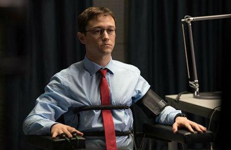 Кадр из фильма «Сноуден».