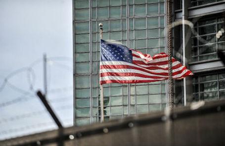 Флаг США у здания посольства в Москве.