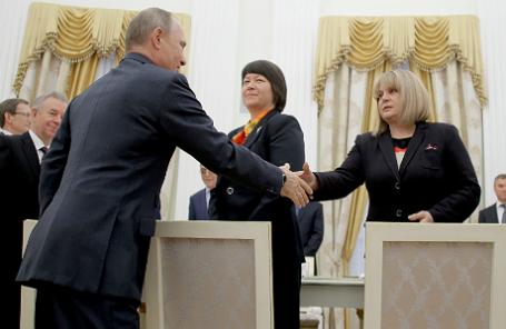 Президент России Владимир Путин (на первом плане), секретарь ЦИК РФ Майя Гришина (в центре) и председатель Центризбиркома РФ Элла Памфилова (справа)