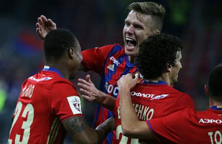 Игроки ЦСКА Карлос Страндберг, забивший гол, Понтус Вернблум и Роман Еременко (слева направо)