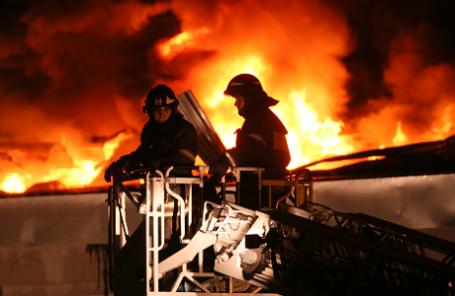 Пожарные во время тушения пожара на складе искусственных цветов и пластиковой посуды на Амурской улице.