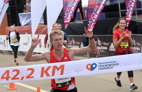 Победитель забега Артем Алексеев на финише дистанции Московского марафона 2016.