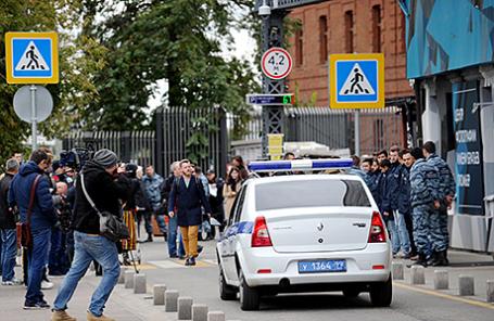 Полиция у Центра фотографии им. братьев Люмьер, где проходила выставка Джока Стерджеса.