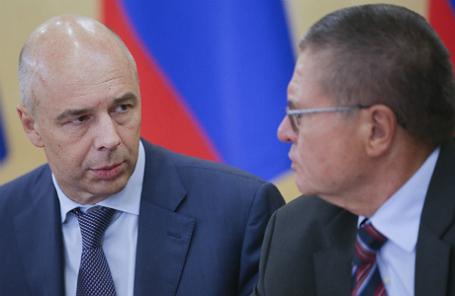 Министр финансов РФ Антон Силуанов и министр экономического развития РФ Алексей Улюкаев (слева направо).