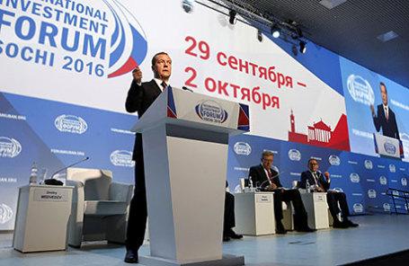 Премьер-министр РФ Дмитрий Медведев во время выступления на пленарном заседании «Новое качество государственного управления: проекты для роста, проекты для жизни» в рамках XV Международного инвестиционного форума «Сочи-2016» в главном медиацентре на территории Олимпийского парка.