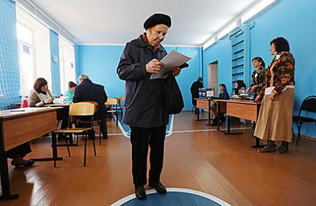 Местные жители во время предварительного общественного голосования на избирательном участке №132 в Донецке, 2 октября 2016.