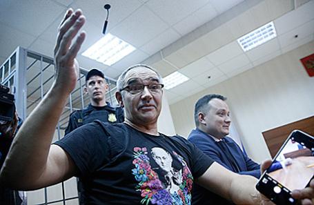 Блогер Антон Носик, приговоренный к штрафу в 500 тысяч рублей за размещение в интернете экстремистских материалов, после оглашения приговора в Пресненском суде в Москве, 3 октября 2016.
