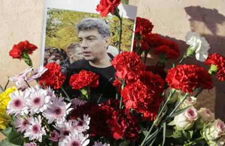 Цветы и портрет политика и общественного деятеля Бориса Немцова у дома, где он жил.