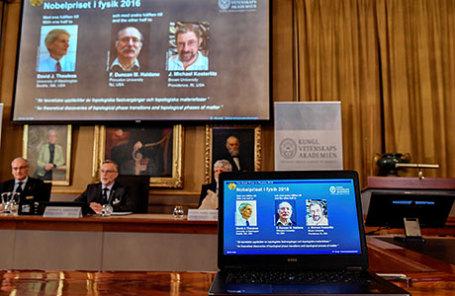 Трое ученых удостоились Нобелевской премии по физике : Дэвид Таулес, Дункан Холдейн и Майкл Костерлитц (слева направо).