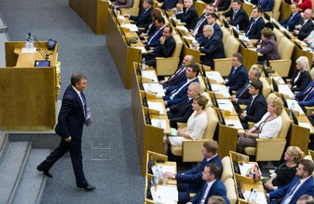 Спикер Госдумы РФ Вячеслав Володин (слева) во время первого пленарного заседания Госдумы РФ VII созыва.