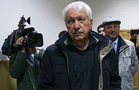 Бывший глава Республики Коми Владимир Торлопов (на первом плане), обвиняемый в мошенничестве в особо крупном размере в составе организованной преступной группы с использованием служебного положения, перед избранием меры пресечения в Басманном суде в Москве, 6 октября 2016.