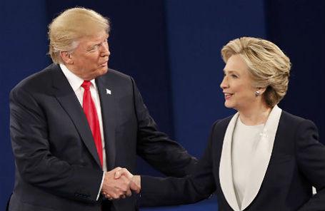 Дональд Трамп и Хиллари Клинтон после президентских дебатов 10 октября 2016 года.