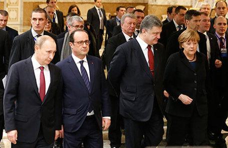 Президент России Владимир Путин, президент Франции Франсуа Олланд, президент Украины Петр Порошенко и федеральный канцлер ФРГ Ангела Меркель (слева направо на первом плане).