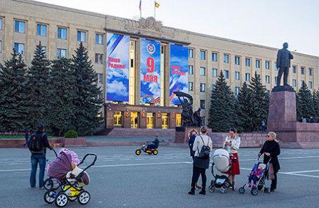 Горожане у здания администрации Ставропольского края на площади Ленина.