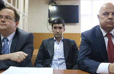 Руслан Шамсуаров (в центре), обвиняемый по уголовному делу в отношении участников гонки на внедорожнике Mercedes-Benz Gelandewagen.