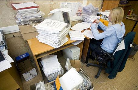 Сотрудник налоговой службы разбирает документы.
