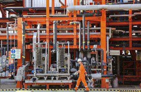 Рабочий на морском нефтяном месторождении Кашаган в Каспийском море.