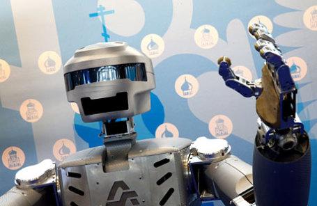 Робот SAR-401, представленный на выставке инноваций II Международного православного студенческого форума на территории ВДНХ.