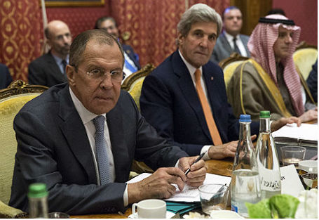 Глава МИД РФ Сергей Лавров, госсекретарь США Джон Керри и глава МИД Саудовской Аравии Адель аль-Джубейр (слева направо) во время министерской встречи по Сирии.