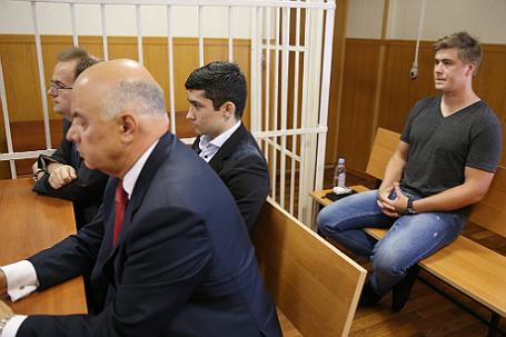 Сын вице-президента «Лукойла» Руслан Шамсуаров (в центре) и Виктор Усков (справа), обвиняемые по уголовному делу в отношении участников гонки на внедорожнике Mercedes-Benz Gelandewagen.
